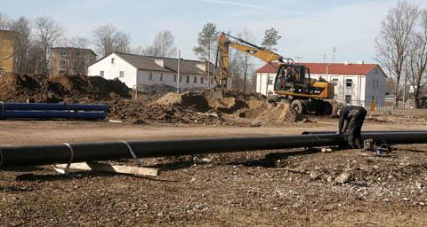 Tulevase pargikeskuse ehitusplatsil on esialgu ümber tõstetud vaid veetorud, kuid sellegi töö eest on veel tasumata.