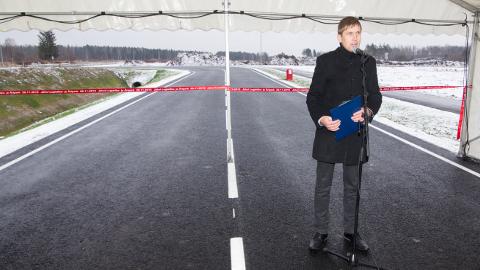 Jõhvi äripark avati lagedale väljale seatud telgis, Teet Kuusmiku sõnul peaksid järgmise aasta lõpuks pargis tegutsema  esimesed ettevõtted.