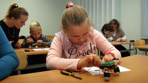 Tänavu võisid väiksed meisterdajad teha pisikese iseliikuri: neil oli elektroonikaskeem, mis ühendati valgusdioodiga − ja rõõmu oli kui palju!