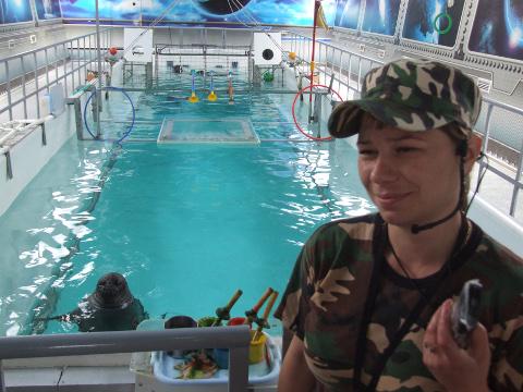 """Nägime, kuidas Vene dessantnike mütsides hülgepaar esitas basseinis raseda dresseerija (fotol) juhatusel etendust """"Baikali nerpade spetsnaz""""."""