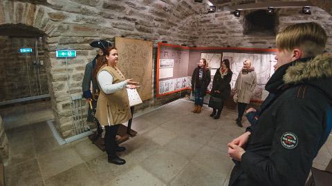 Neljapäev oli õpilasvahetuses täidetud kultuuriprogrammiga. Tartu noored käisid Narva muuseumis ja Victoria bastionis (pildil), narvalased veetsid aga päeva Eesti rahva muuseumis. Nädalavahetusel saavad kõik osalejad kokku Vinni-Pajusti gümnaasiumis toimuvas talvekoolis.