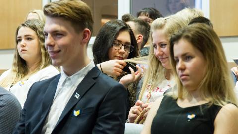 Sillamäe gümnaasiumi juubelinädal on üritustest kirju. Eile jõudis järg konverentsini, kus meenutati gümnaasiumi loomist, kuid mõeldi ka selle tulevikule. Selleks küsiti ka õpilaste arvamust.