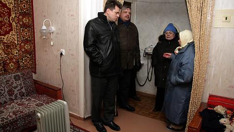 Üks riigile loovutatavatest korteritest on Järve linnaosas aadressil Uus 1 asuvas majas. Seitse aastat tagasi oli see maja talvel kütteta ja siis käisid kohapeal olukorda uurimas nii tollane sotsiaalminister Urmas Reinsalu kui ka tollane maavanem Riho Breivel.