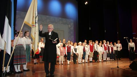 Kehtiva arengukavata Jõhvi põhikoolis läheb elu edasi: eelmisel kevadel õnnistati sisse kooli lipp.