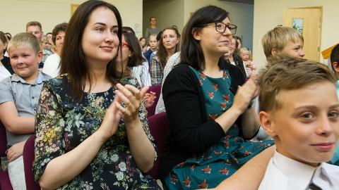 Noored õpetajad Melissa Toom ja Berit Puidet otsustasid Sinimäe kooli kasuks, sest neid võlub kakskeelsus.
