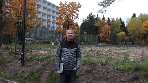 Projektijuht Pavel Ivanov seisab ehitusplatsi ääres, kuhu kavatsetakse ehitada 37 korteriga puhkemaja. Sellega paraneb ka kuurortlinna ilme, sest varem asus Nooruse spaa kõrval kasutuseta amortiseerunud hoone.