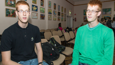 """Narva keeltelütseumi õpilased Artjom ja Maksim Borissov elasid sügisel kümme päeva Võrumaal ja käisid seal koolis, et enda sõnul """"harjuda eesti keelega""""."""